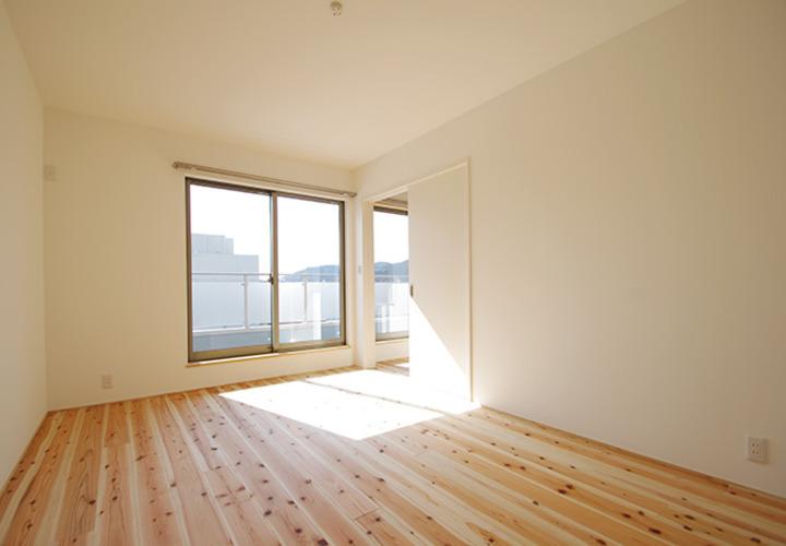 寝室 バルコニー手摺がプライバシーを守りながら光を通す ...