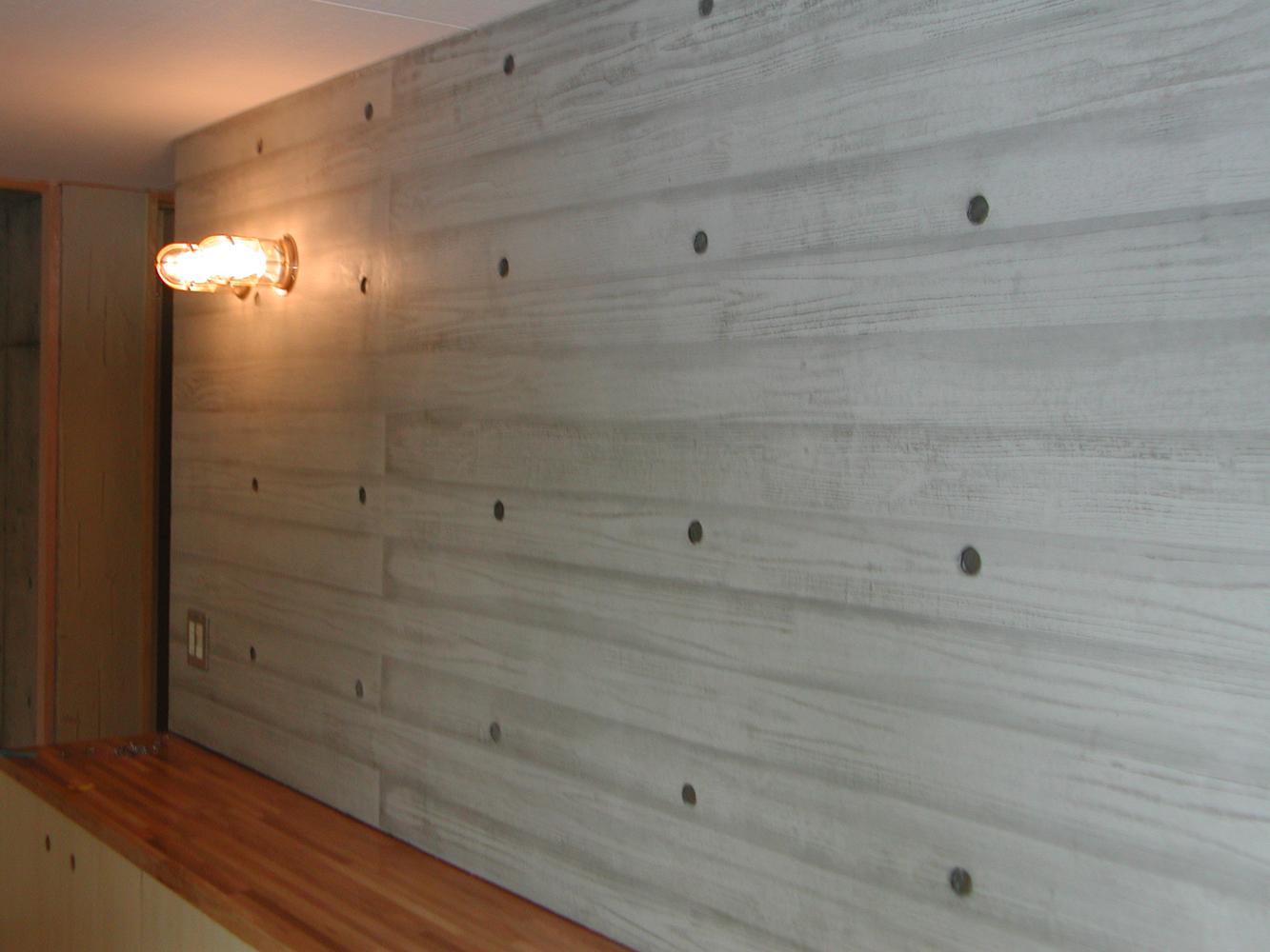 小幅板の型枠でコンクリートの壁...