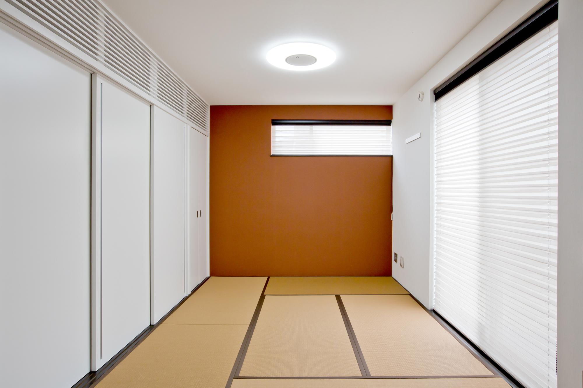 白い引き戸 壁 天井が 朱色の壁をより鮮やかに見せる和室 Fevecasa