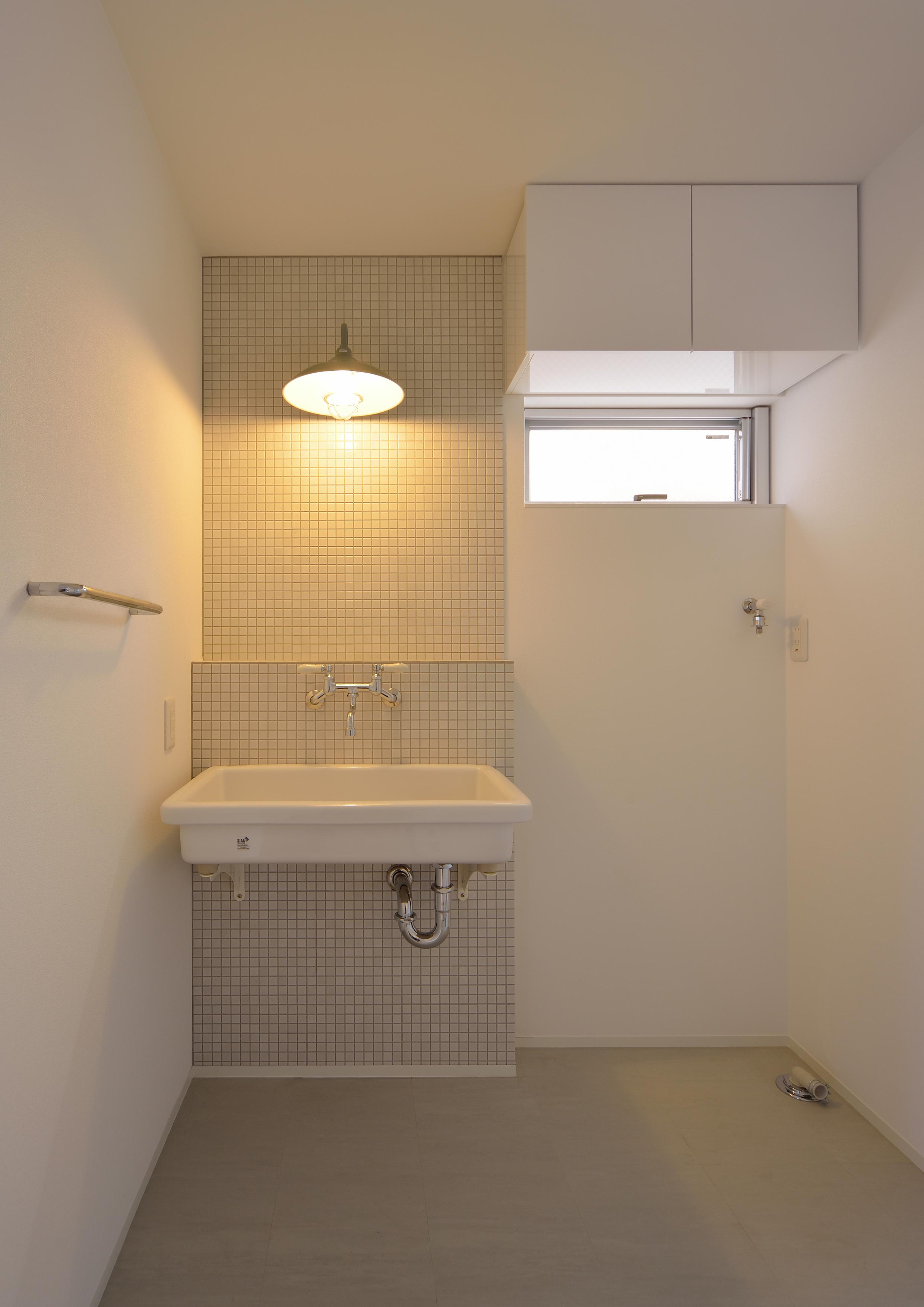モザイクタイルや業務用洗面台が個性ある照明と共存する浴室・洗面所 Fevecasa フェブカーサ