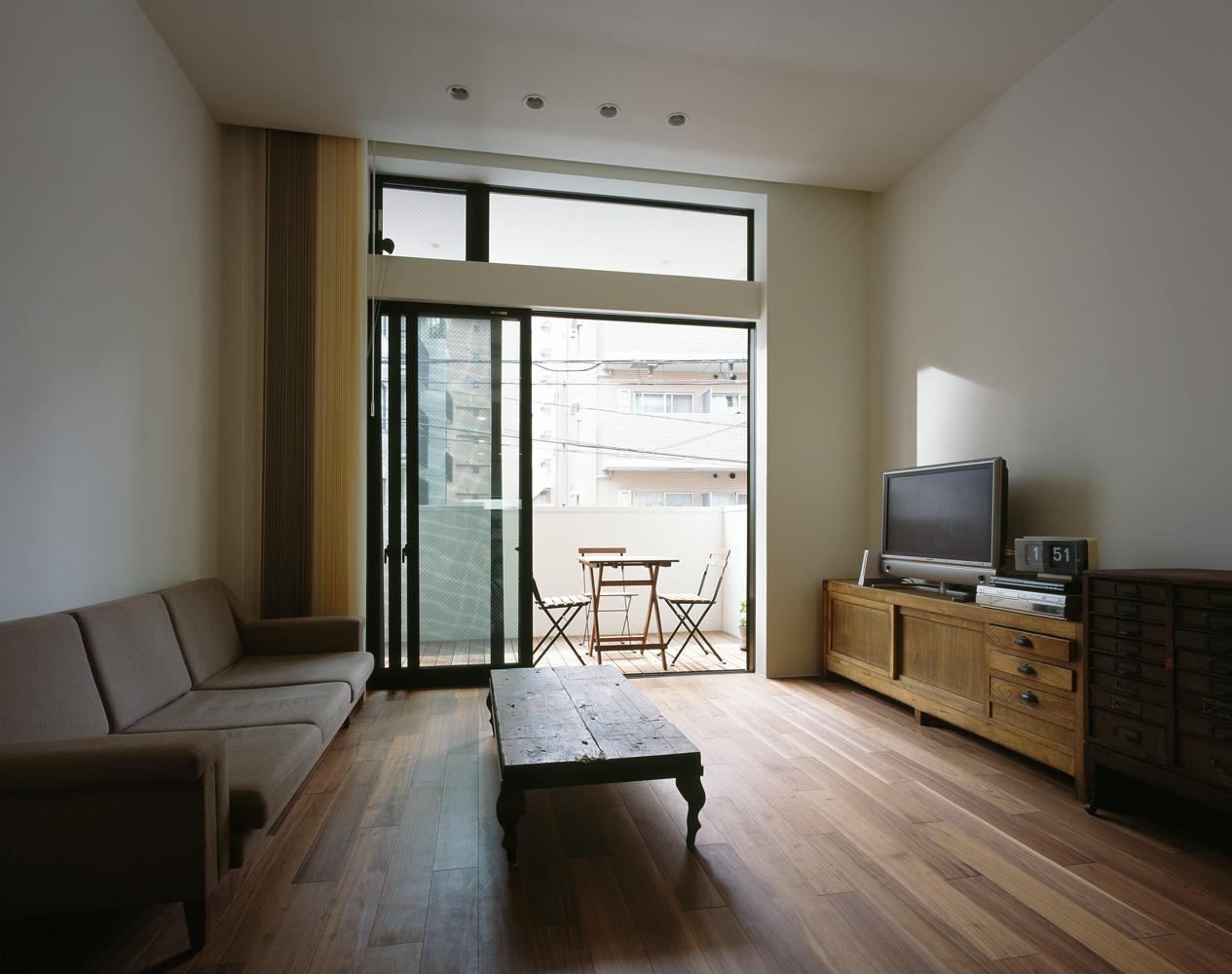 思い入れのあるビンテージ家具にやさしい光が注ぐリビング-fevecasa