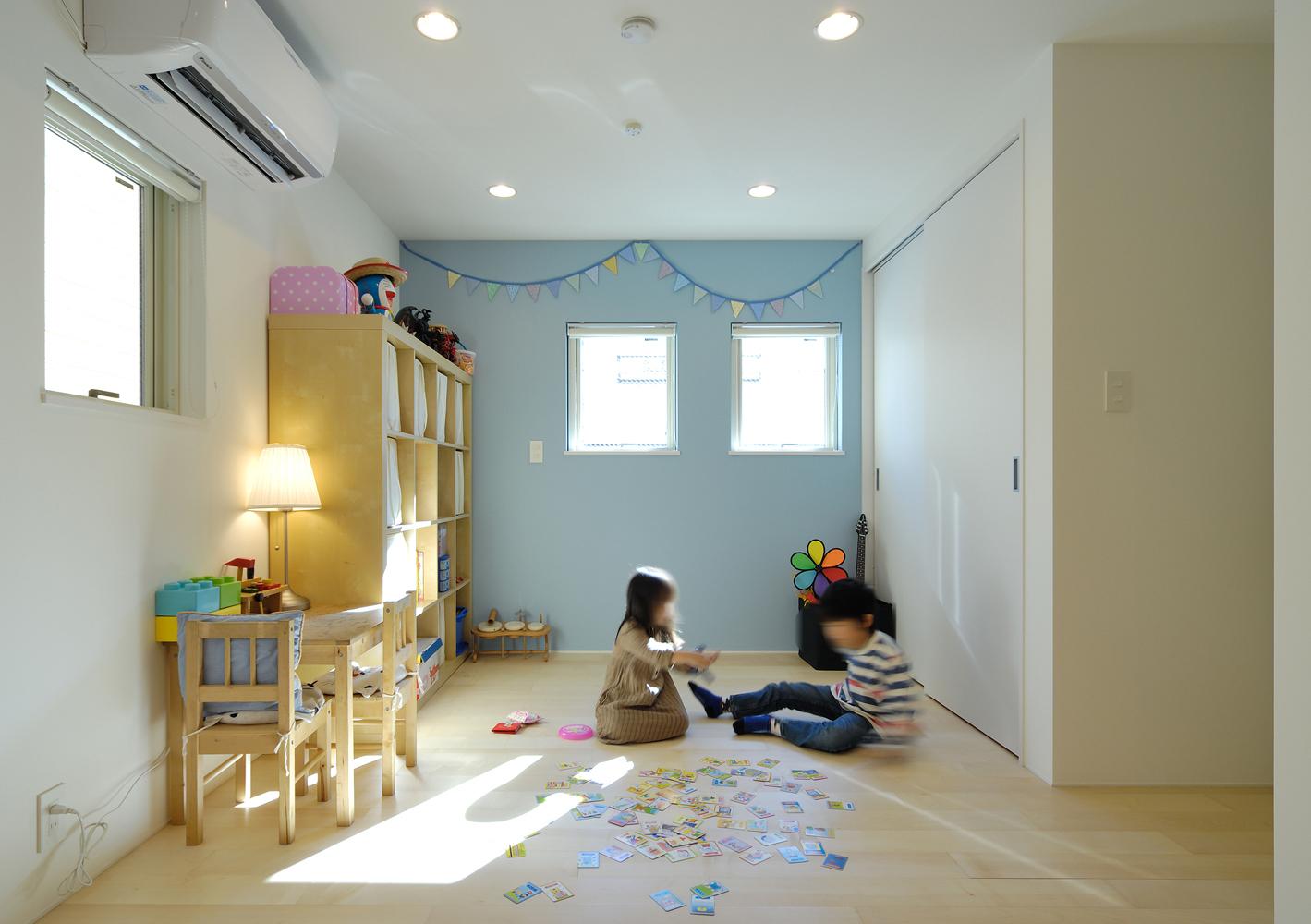 一面だけパステルブルーの壁にし フランスの子供部屋のような空間