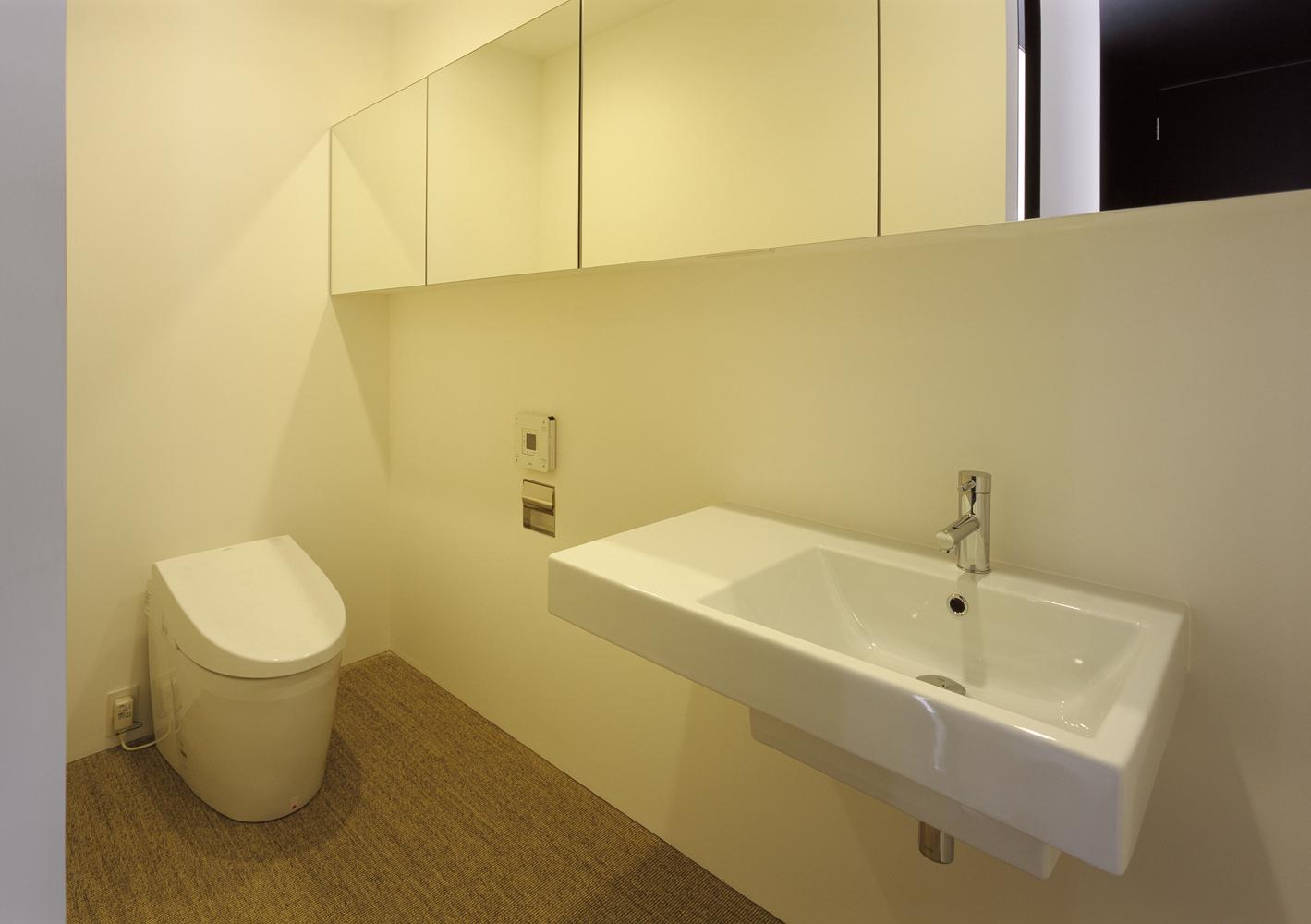 鏡貼りの横長収納が、より広いスペースを演出させるトイレ-fevecasa
