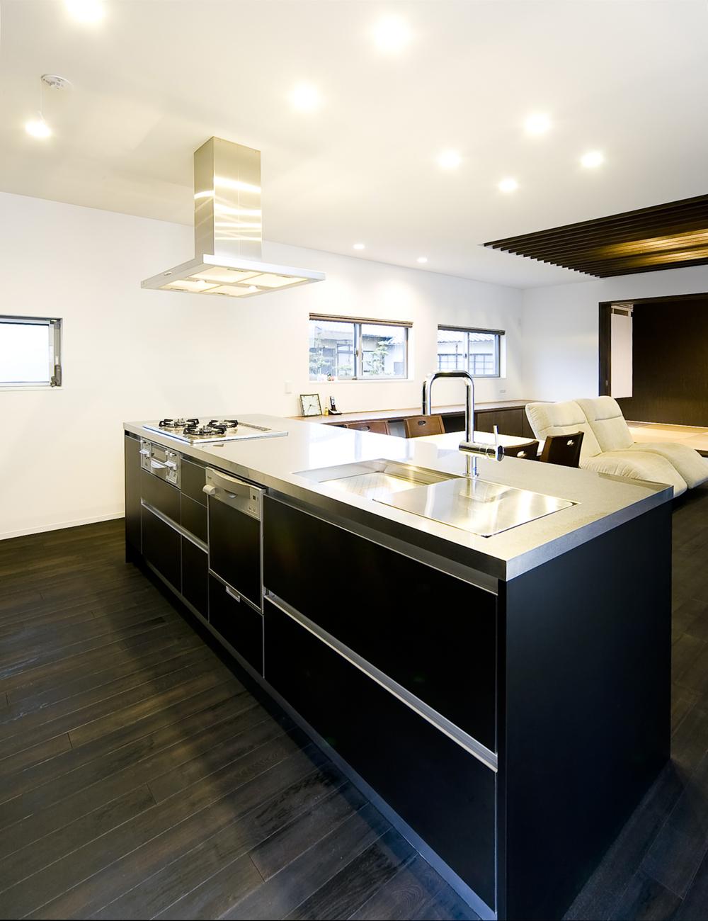フラットなステンレス天板が美しい、アイランド型のキッチン-fevecasa