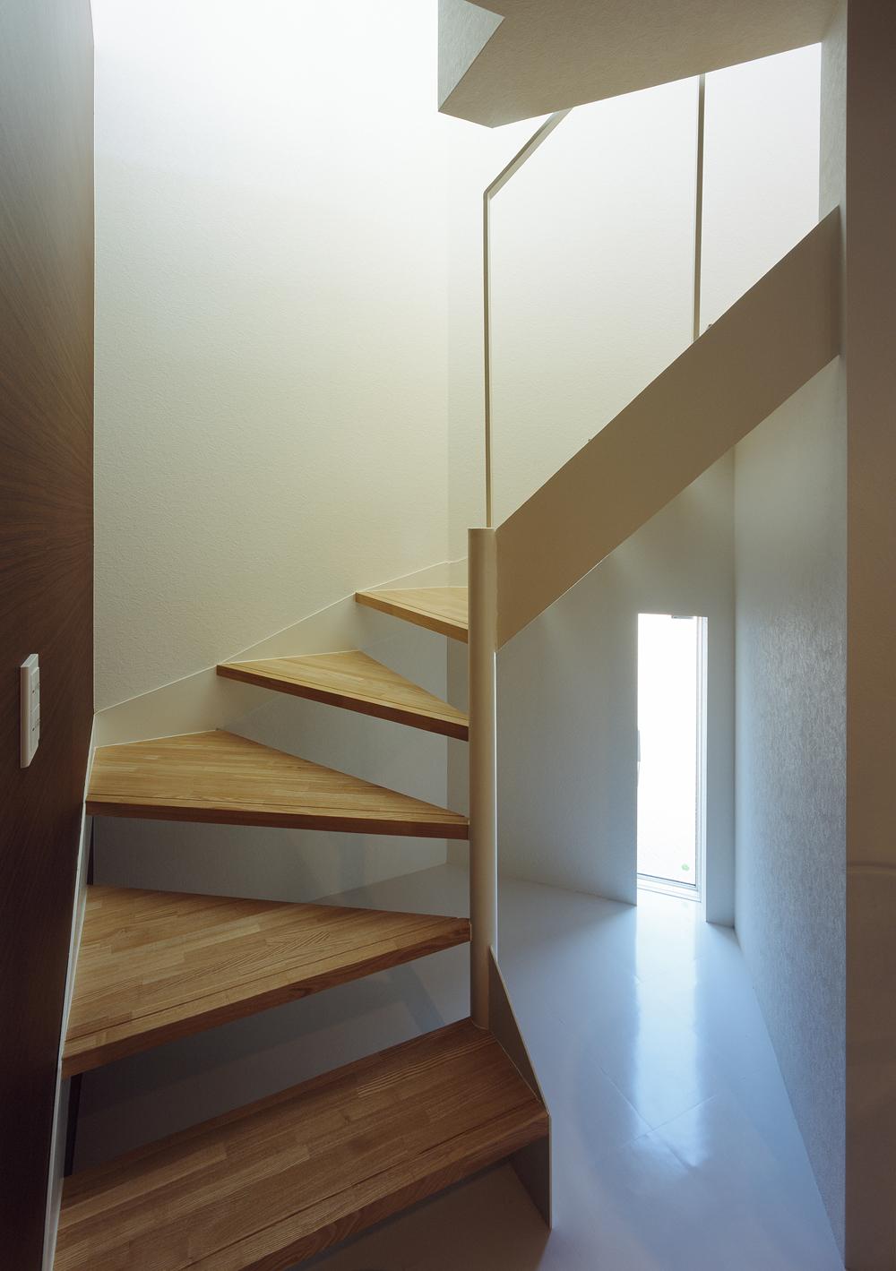 階段下の小さな細長い小窓が、光と風を運び入れる階段周り-fevecasa(フェブカーサ)