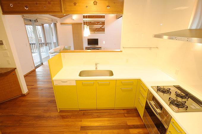 黄色パネルの可愛いキッチン