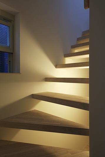 階段下の間接照明が幻想的な雰囲気を作り出す Fevecasa フェブカーサ