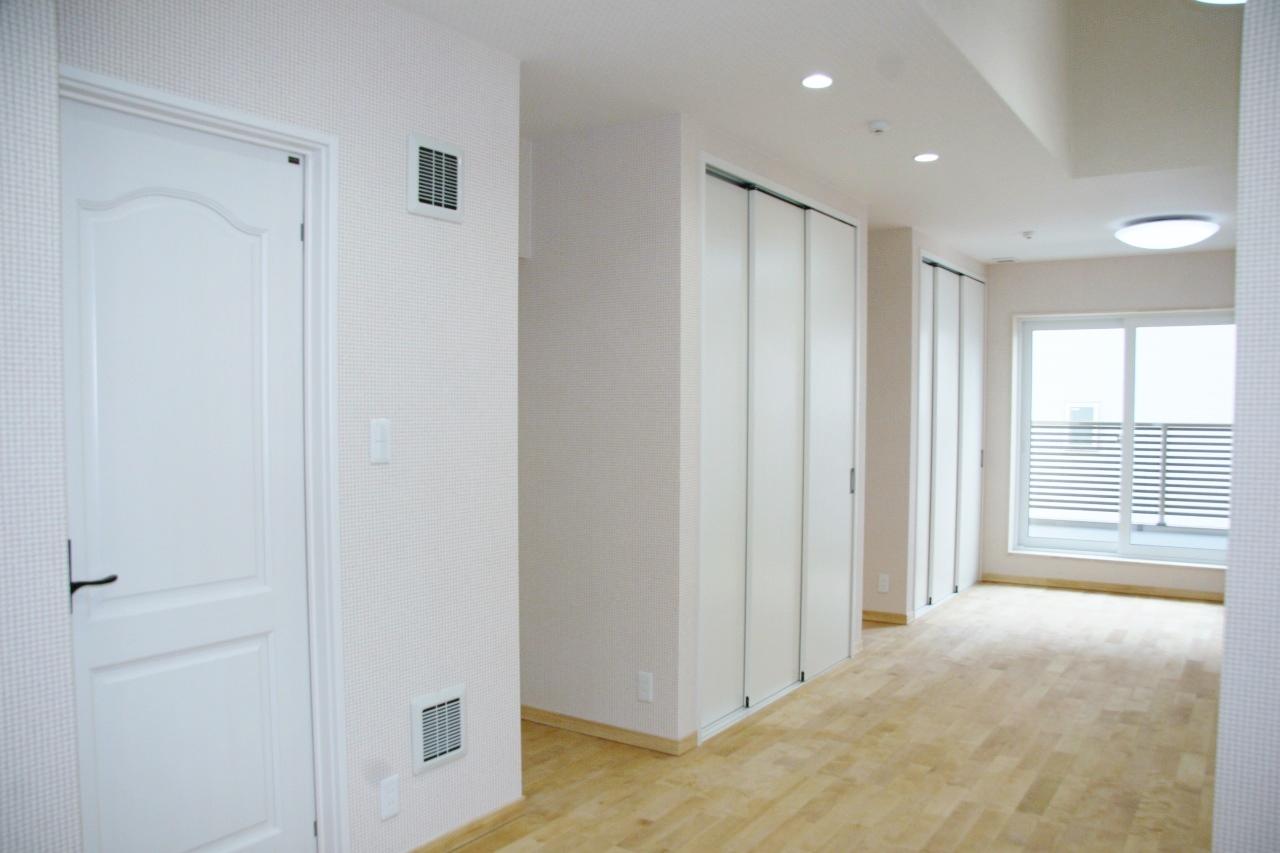 白いドアで可愛く シンプルだけど壁紙で遊んだプリンセスルーム