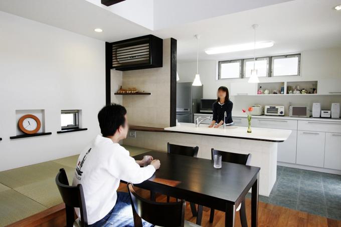 夫婦の会話弾むキッチンダイニングテーブルの距離-fevecasa ...