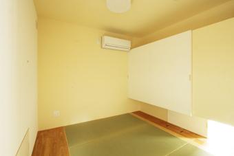 畳敷きのゲストルームは子育てルームを兼ねる