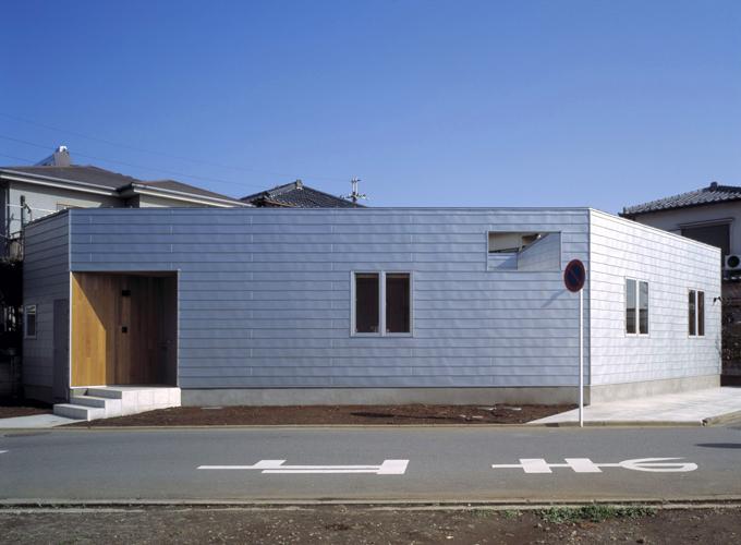屋根外壁ともにガルバリウム鋼板で仕上げられた平屋 Fevecasa